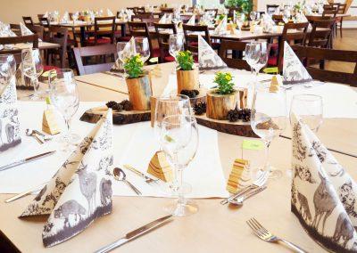 schöne Tischdekoration bei einer Veranstaltung