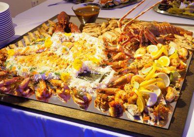 Platte mit Meerestieren am Buffet