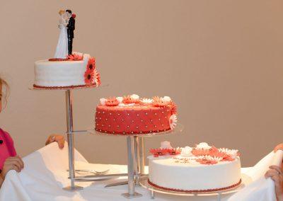 Hochzeitstorte in apricot und weiß