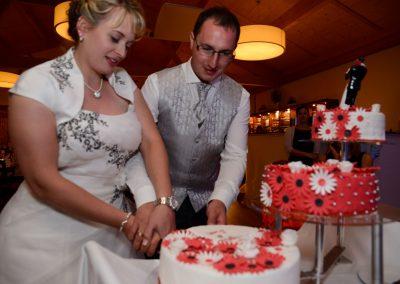 Hochzeitspaar beim Anschneiden der Torte