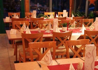 gedeckte Tische im Wintergarten der Hofschenke