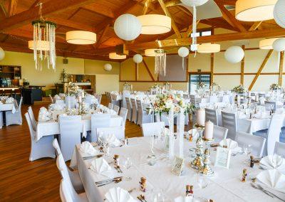 weiß dekorierter Panoramasaal für eine Hochzeit