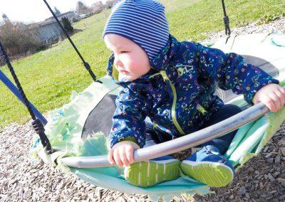 Kleinkind auf dem Spielplatz der Hofschenke