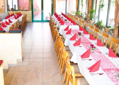 Wintergarten mit gedeckten Tischen Hofschenke