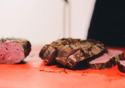 aufgeschnittenes Fleisch am Buffet